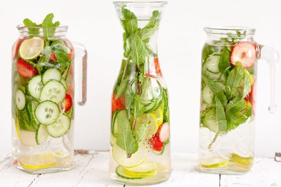Aardbei-limoen-komkommer-en-munt-water-1024x683