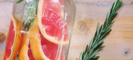 Detox-water-met-grapefruit-en-rozemarijn